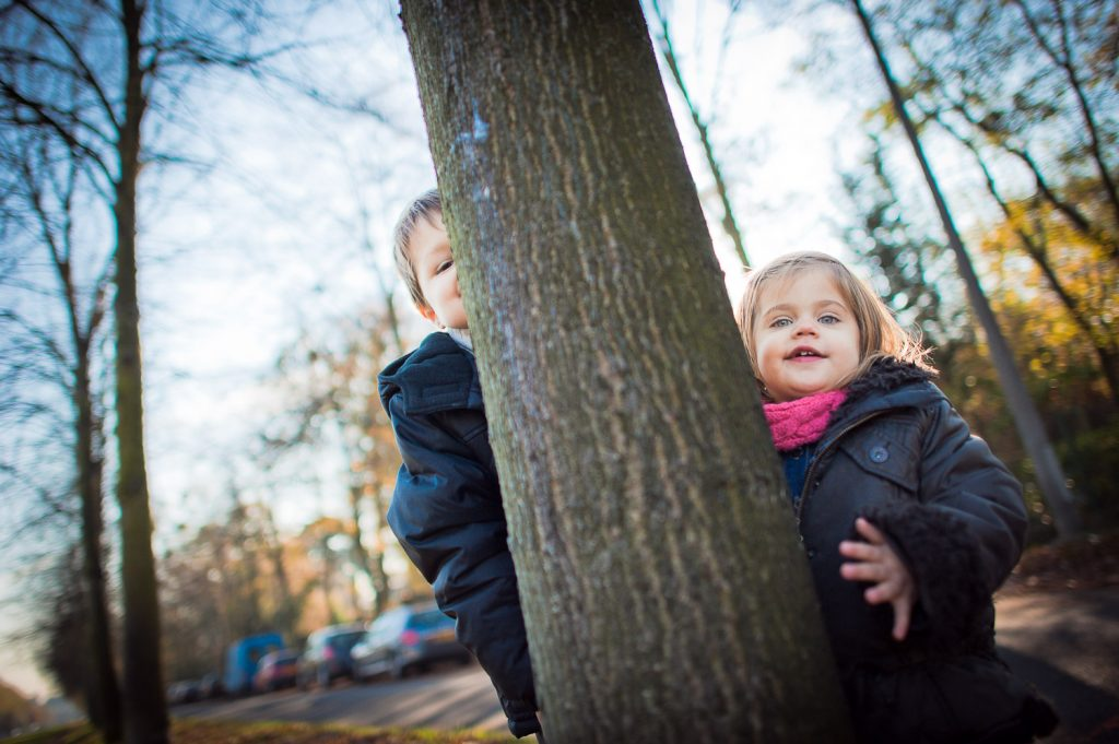 enfants derrière arbre