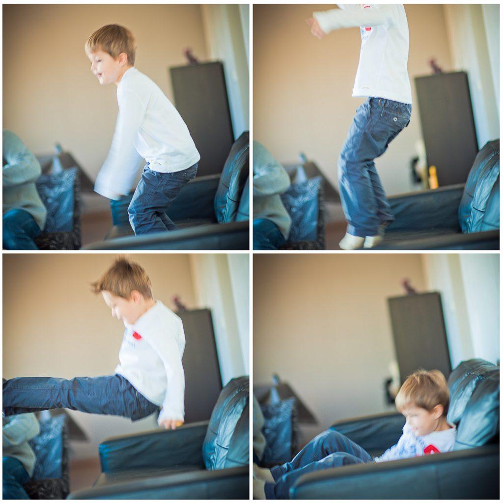 garçon saute canapé