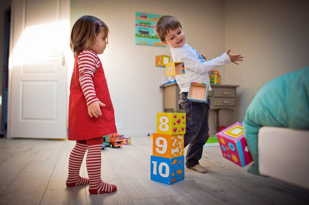 enfants jouent cubes