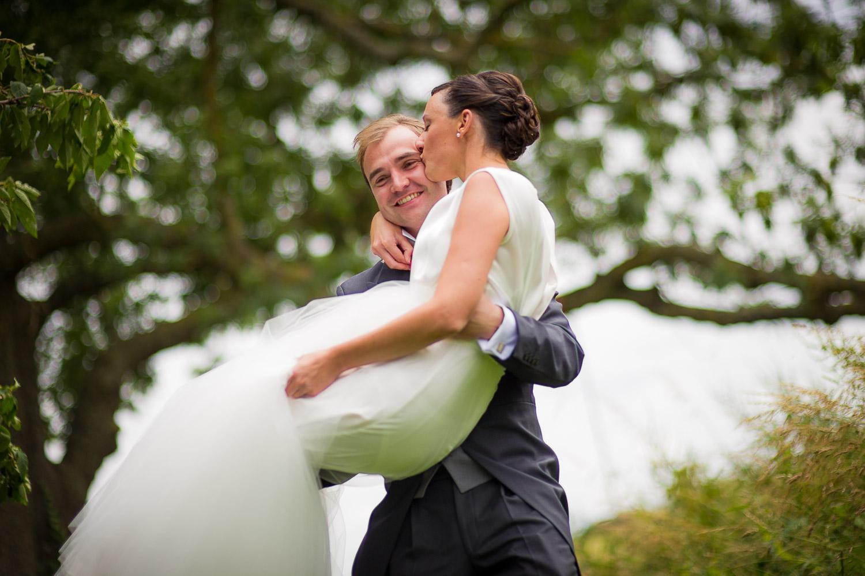 marié porte la mariée