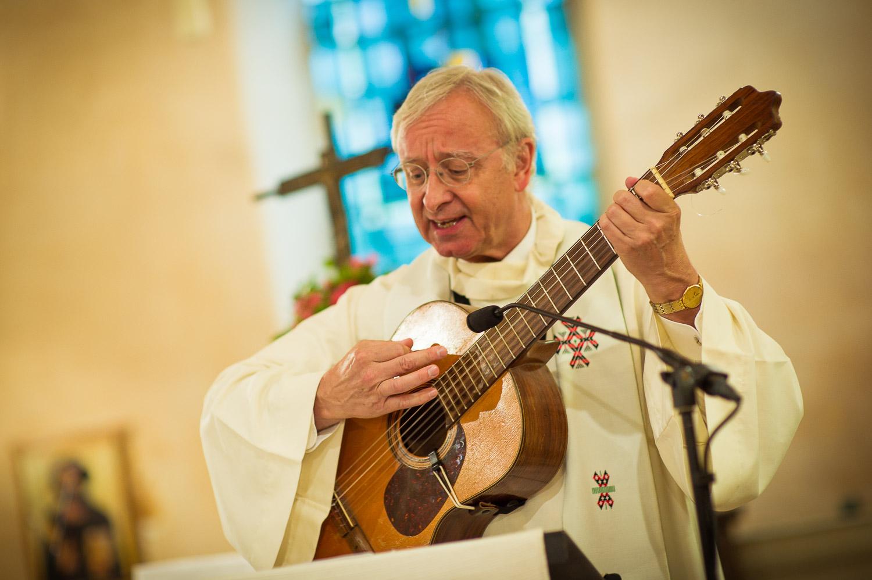prêtre joue guitare