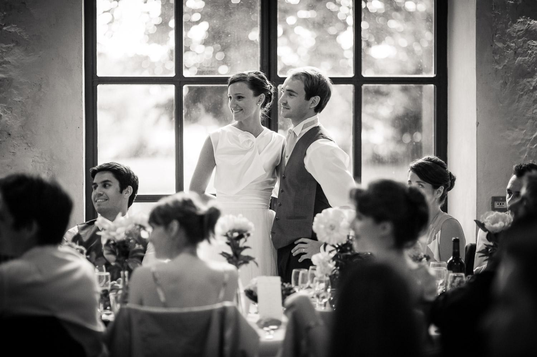 mariés devant fenetre