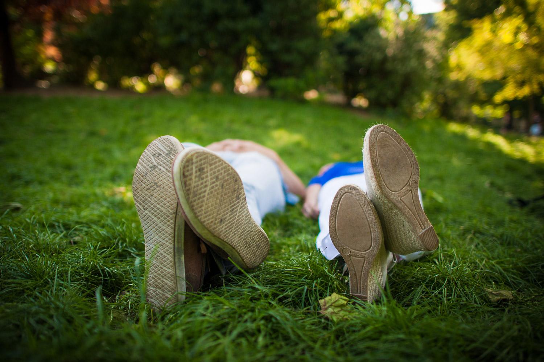 futurs mariés allongés herbe
