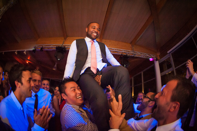 marié porté chaise