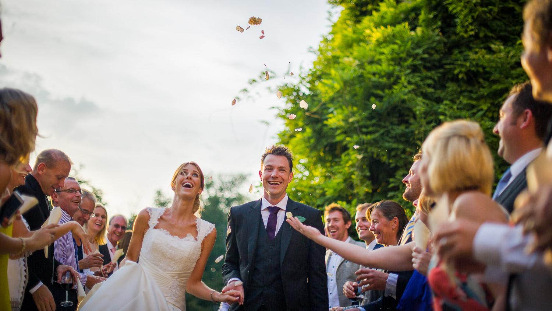 arrivée des mariés sous pétales