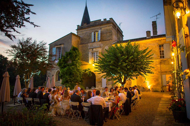 repas extérieur chateau Lagorce